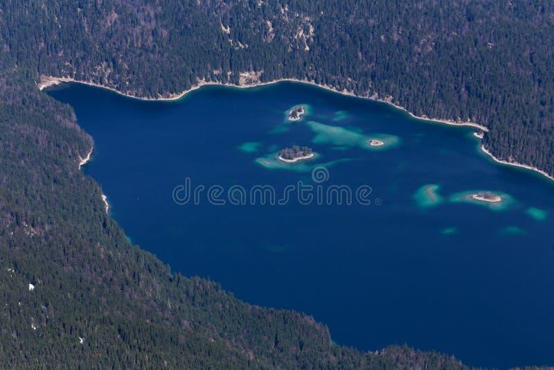 Lago Alemania Eibsee según lo visto del pico del zugspitze desde arriba imagenes de archivo