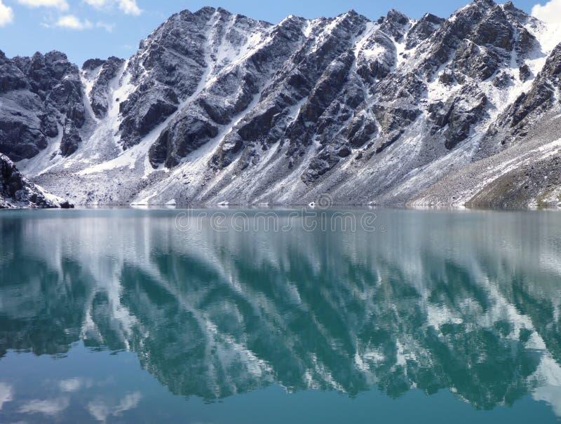 Lago Alla Kol in montagne nel Kirghizistan fotografia stock