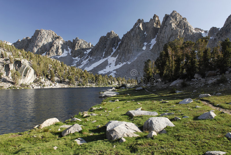 Lago alpestre en la sierra Nevada fotos de archivo libres de regalías