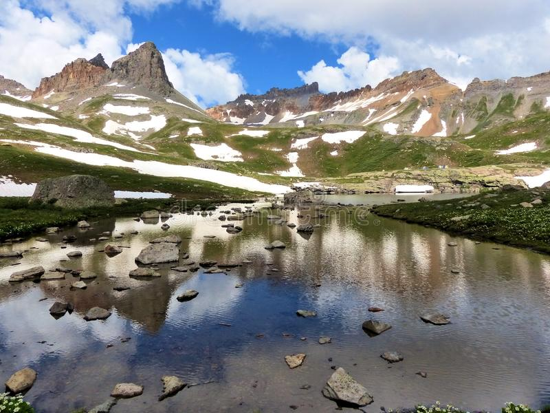 Lago alpino acima de 12.000 pés imagem de stock