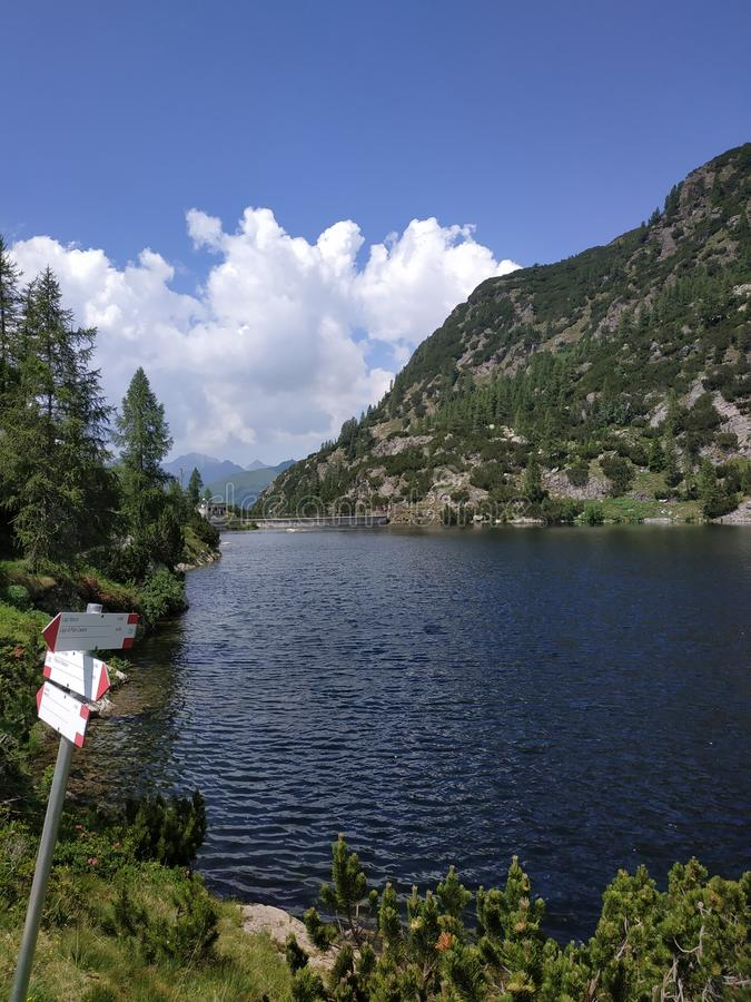 Lago alpino con i segni immagine stock