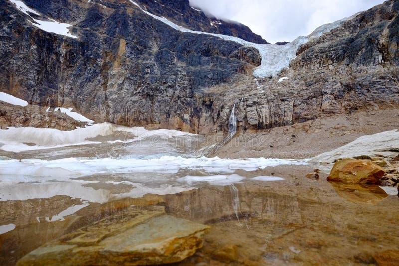 Lago alpino con le rocce e gli iceberg subacquei immagini stock libere da diritti