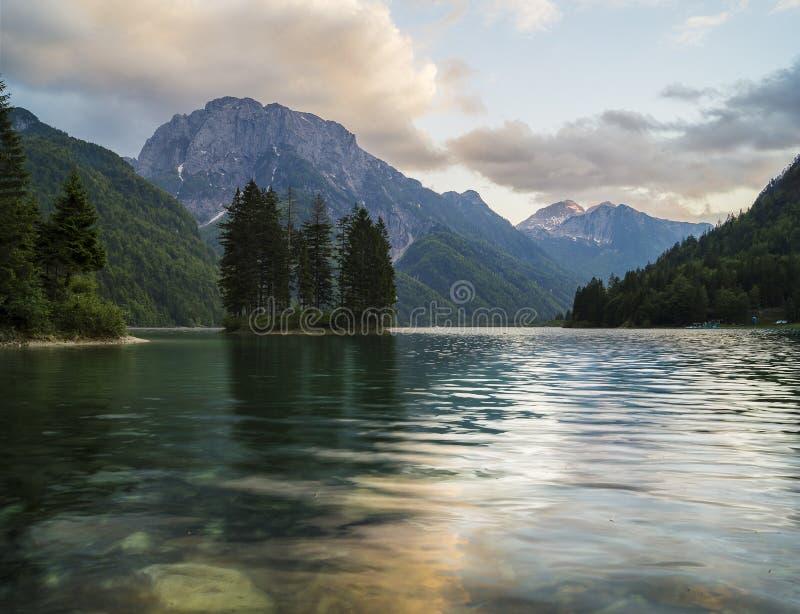 Lago alpino de la montaña en Julian Alps foto de archivo
