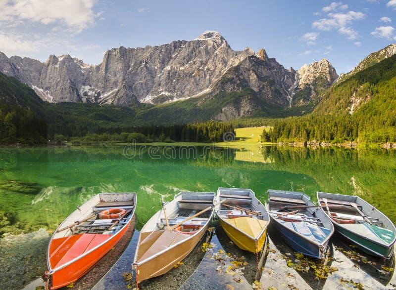 Lago alpino de la montaña en Julian Alps fotos de archivo