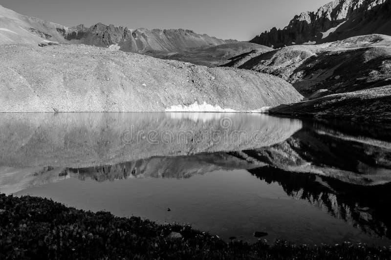 Lago alpino del soporte reflections blancos y negros de Sneffels foto de archivo libre de regalías