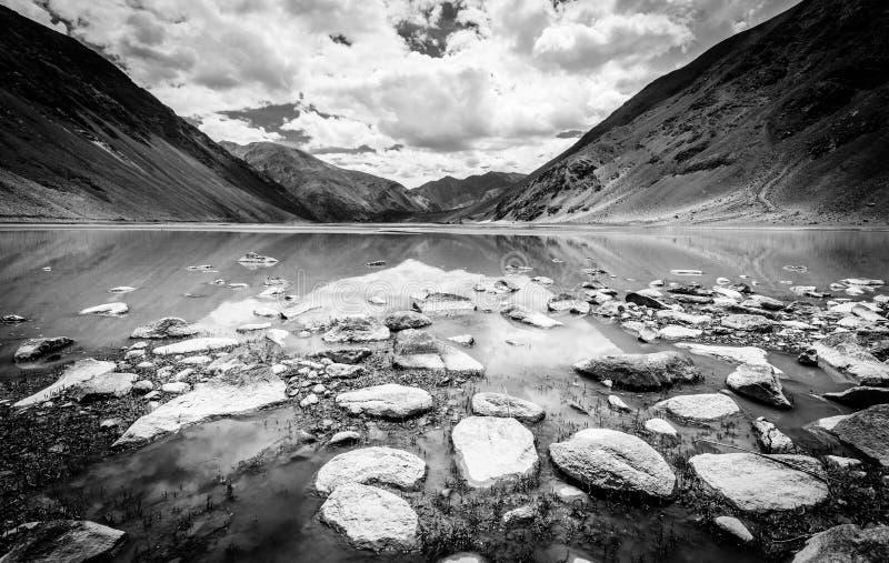 Lago alpino en Cachemira fotografía de archivo