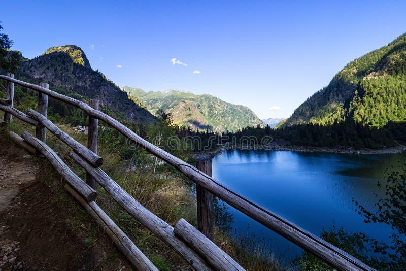 Lago alpino en el valle de Antrona fotografía de archivo libre de regalías