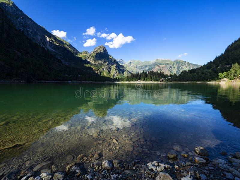 Lago alpino en el valle de Antrona imagen de archivo libre de regalías
