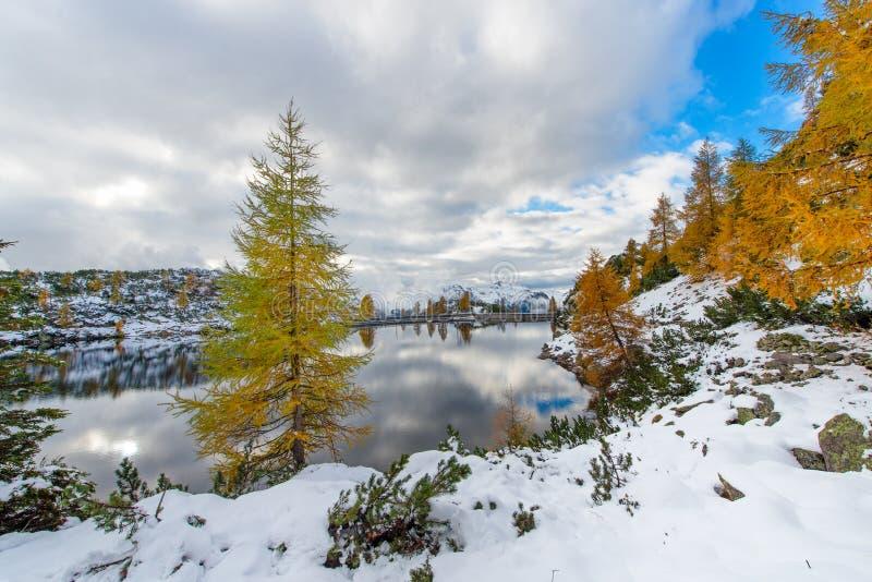 Lago alpino en otoño con la primera nieve foto de archivo libre de regalías