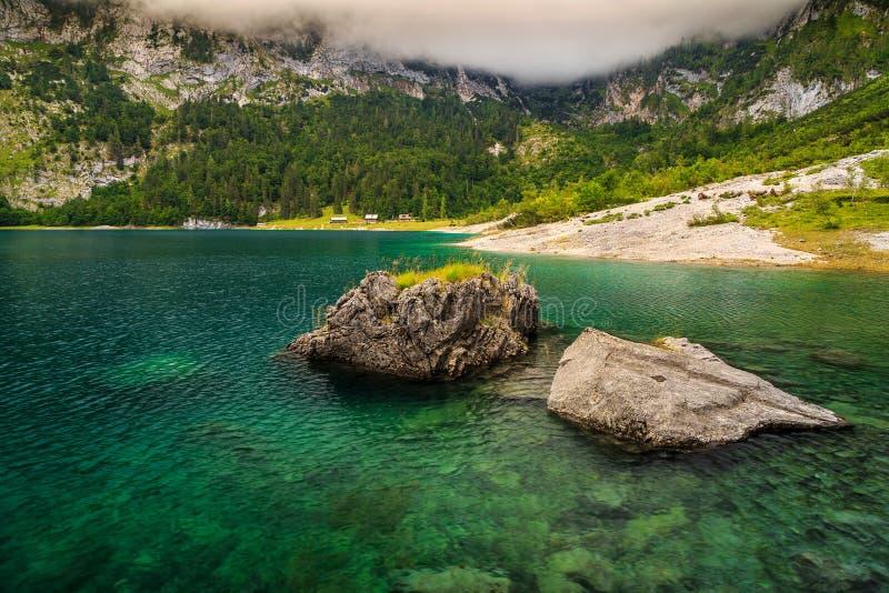 Lago alpino imponente y montañas de niebla, Hinterer Gosausee, Austria fotos de archivo libres de regalías
