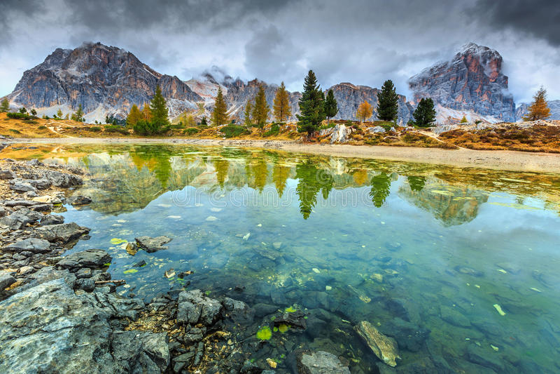 Lago alpino meraviglioso con i picchi nebbiosi nel fondo, dolomia, Italia fotografie stock libere da diritti