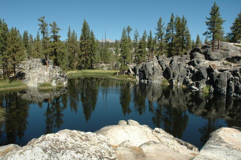 Lago alpino na serra o Nevada fotos de stock