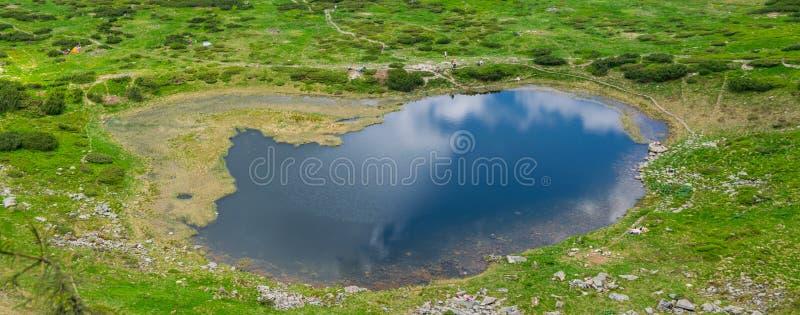 Lago alpino Nesamovyte en Cárpatos fotografía de archivo libre de regalías