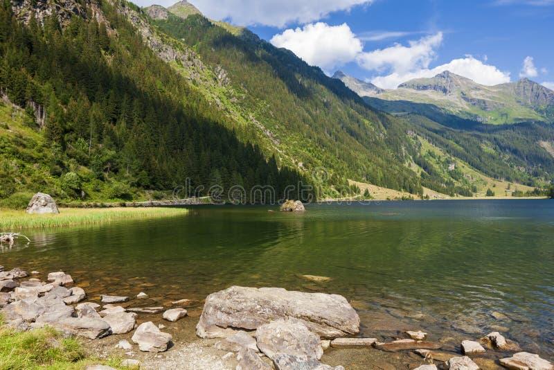 Lago alpino Riesachsee da montanha perto de Schladming em Áustria foto de stock