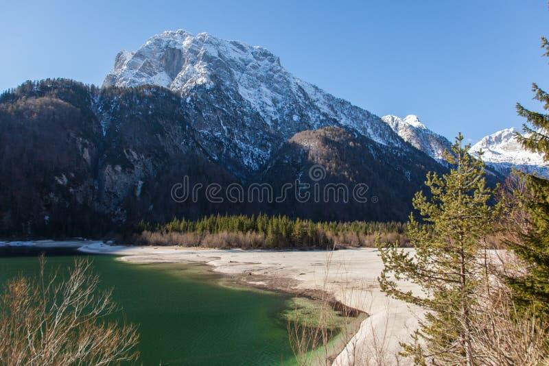 Lago alpino su Sunny Day immagini stock libere da diritti