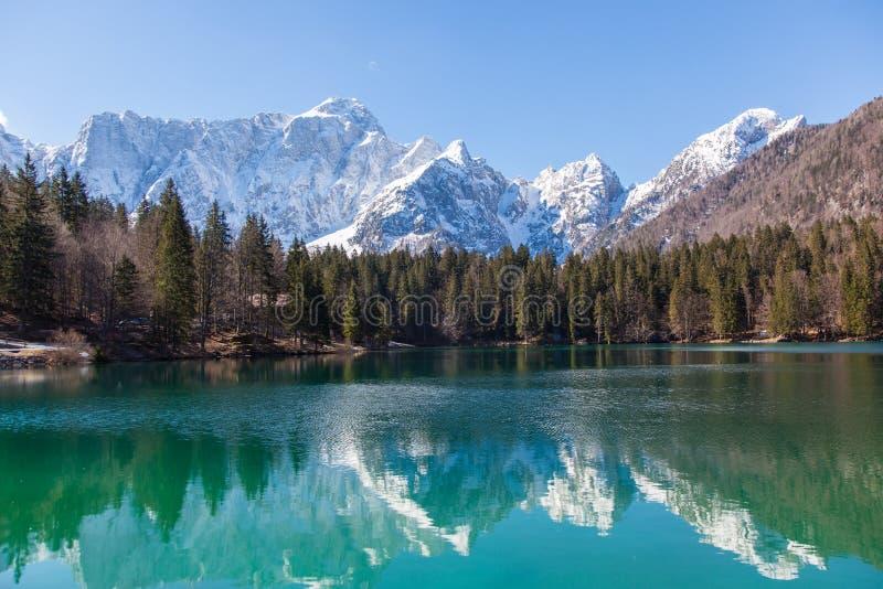 Lago alpino su Sunny Day fotografie stock