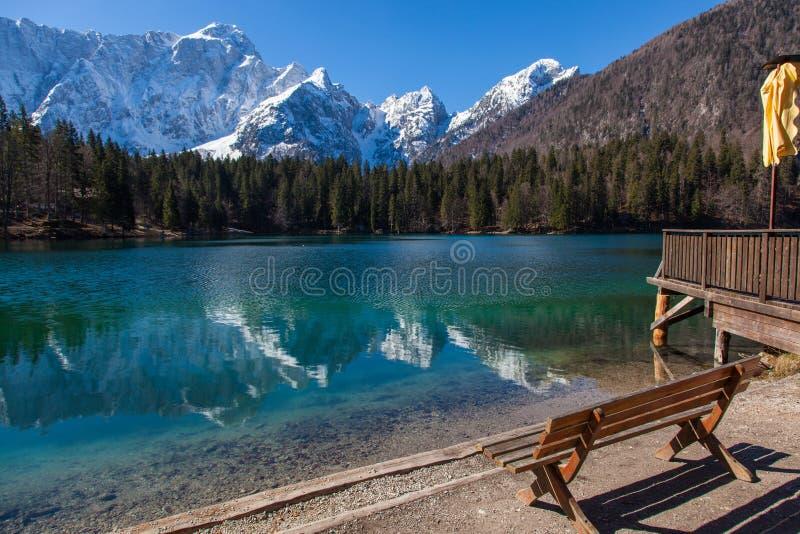 Lago alpino su Sunny Day immagine stock libera da diritti