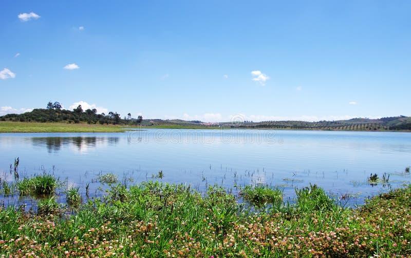 Lago Alqueva vicino al villaggio di Amieira immagini stock