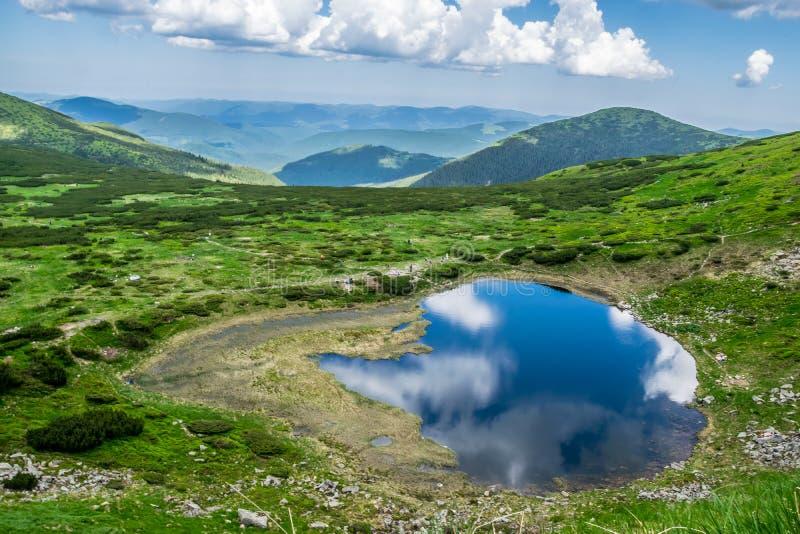 Lago alto nas montanhas imagens de stock royalty free