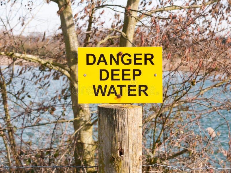 lago amarelo e preto das águas profundas do perigo do sinal foto de stock