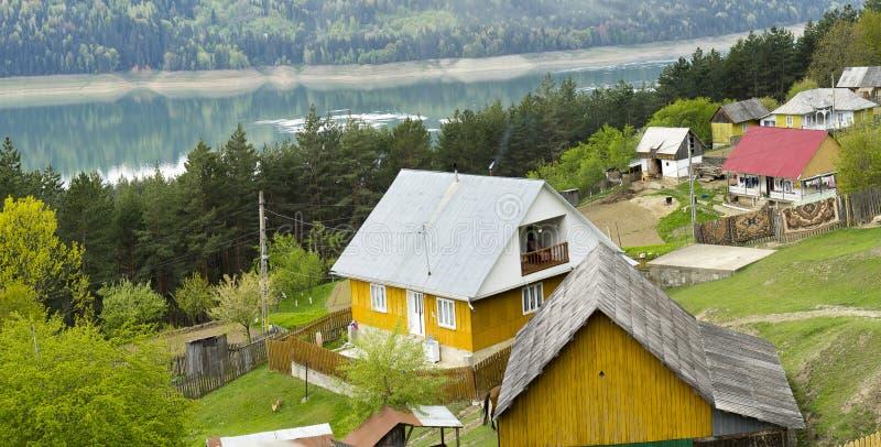 Lago amarillo Bicaz Rumania de la casa imágenes de archivo libres de regalías