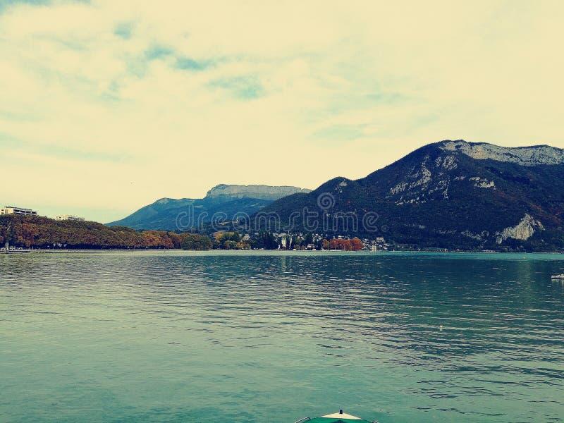Lago Annecy en un fondo de la montaña fotos de archivo libres de regalías