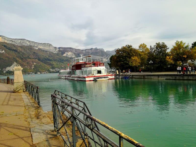 Lago Annecy en un fondo de la montaña imágenes de archivo libres de regalías