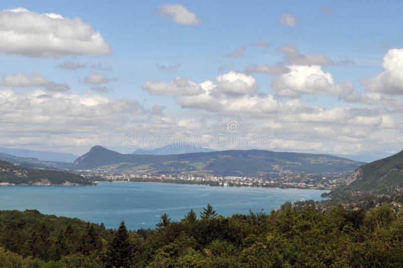 Lago Annecy nelle alpi francesi immagini stock