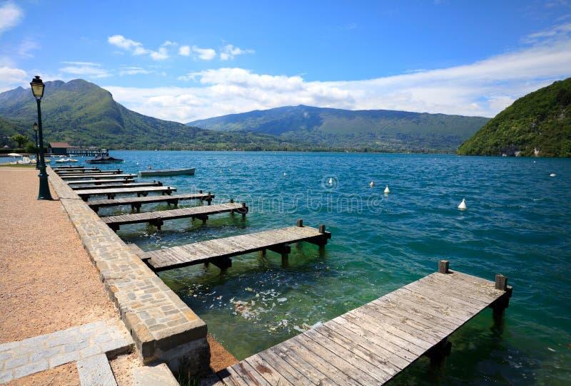 Lago annecy, pontón de madera andlanding la etapa en Veyrier-du-laca imágenes de archivo libres de regalías