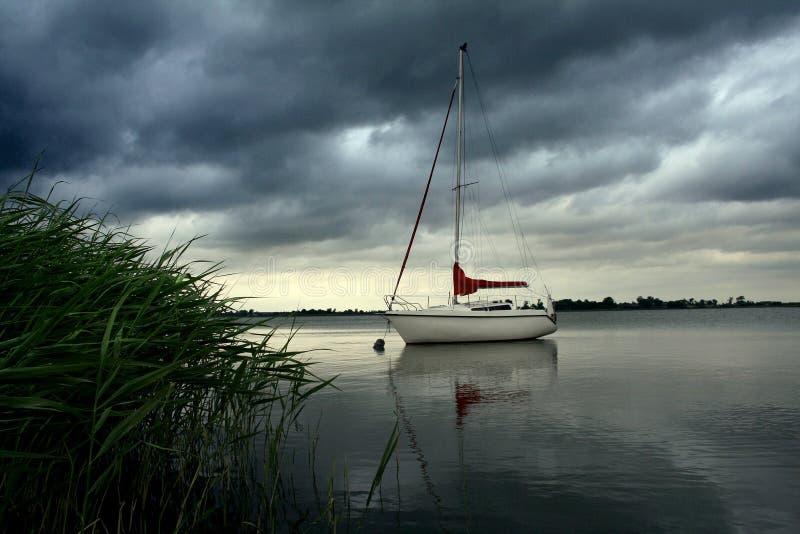 Lago antes de la tormenta imágenes de archivo libres de regalías