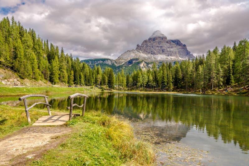 Lago Antorno perto de Misurina na montanha sul das dolomites de Tirol - Itália fotos de stock royalty free