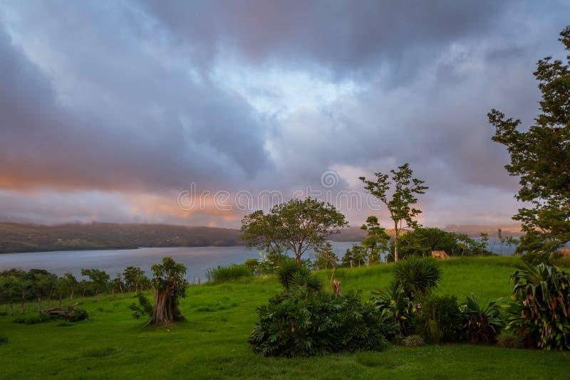 Lago Arenal al tramonto fotografia stock