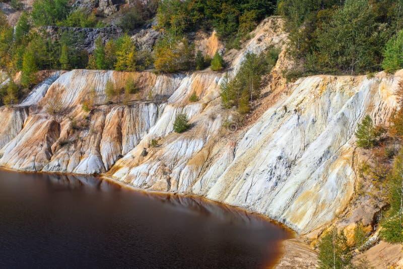 Lago artificiale e colline neri - estrazione mineraria e produzione di rame in Bor, Serbia fotografia stock libera da diritti