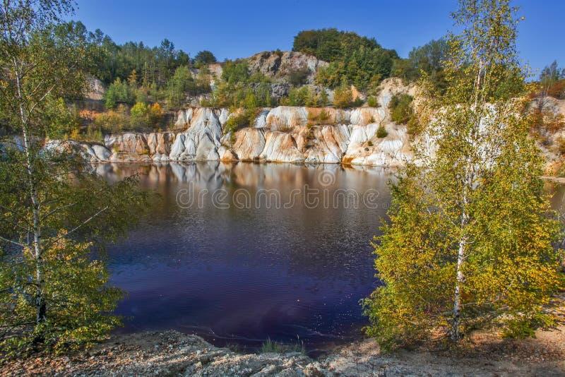 Lago artificiale e colline neri - estrazione mineraria e produzione di rame in Bor, Serbia immagini stock