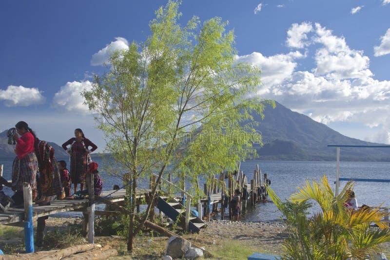 Lago Atitlan com vulcão San Pedro no fundo Panajachel, Guatemala fotos de stock royalty free