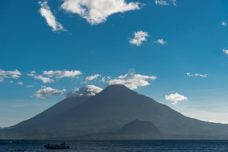 Lago Atitlan en Guatemala Volcán en fondo El lago Atitlan es el lago más profundo de toda la America Central con una profundidad  fotografía de archivo