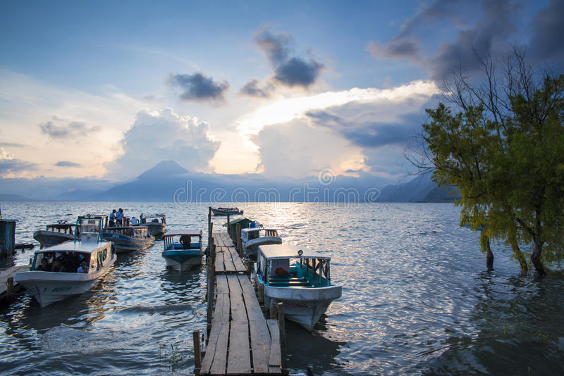 Lago Atitlan en la puesta del sol imagen de archivo libre de regalías