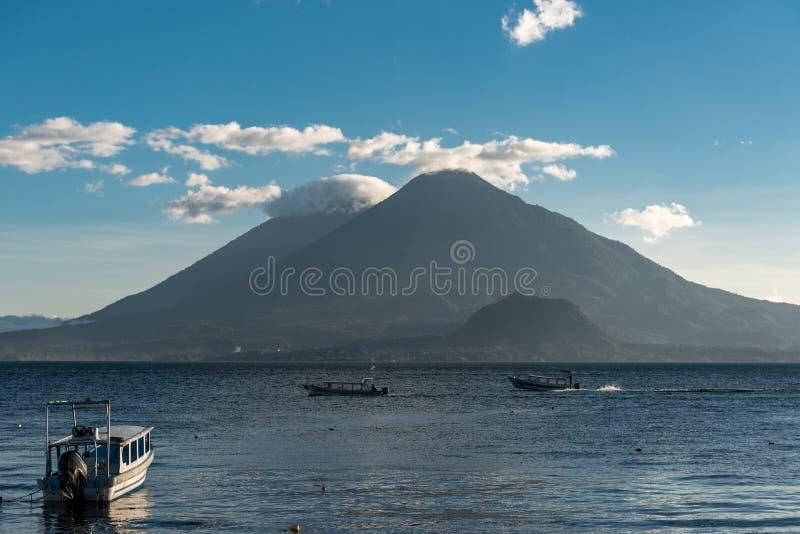 Lago Atitlan na Guatemala Vulcão no fundo O lago Atitlan é o lago o mais profundo em toda a América Central com uma profundidade  fotografia de stock royalty free