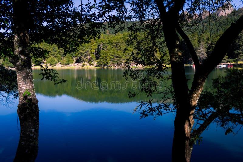 Lago attraverso le ombre fotografie stock