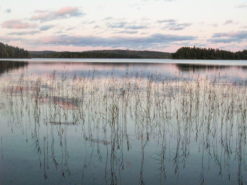 Lago in autunno della Carelia, settembre fotografie stock
