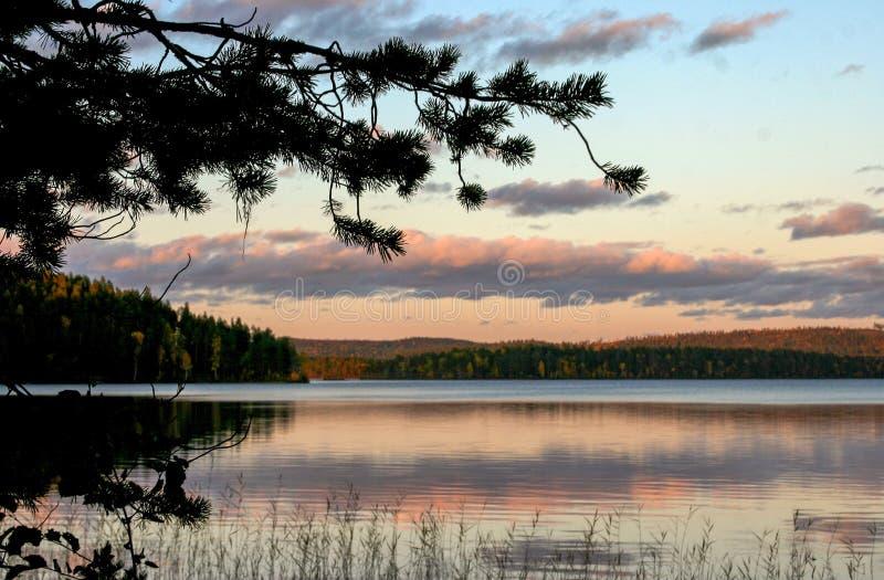 Lago in autunno della Carelia, settembre fotografia stock