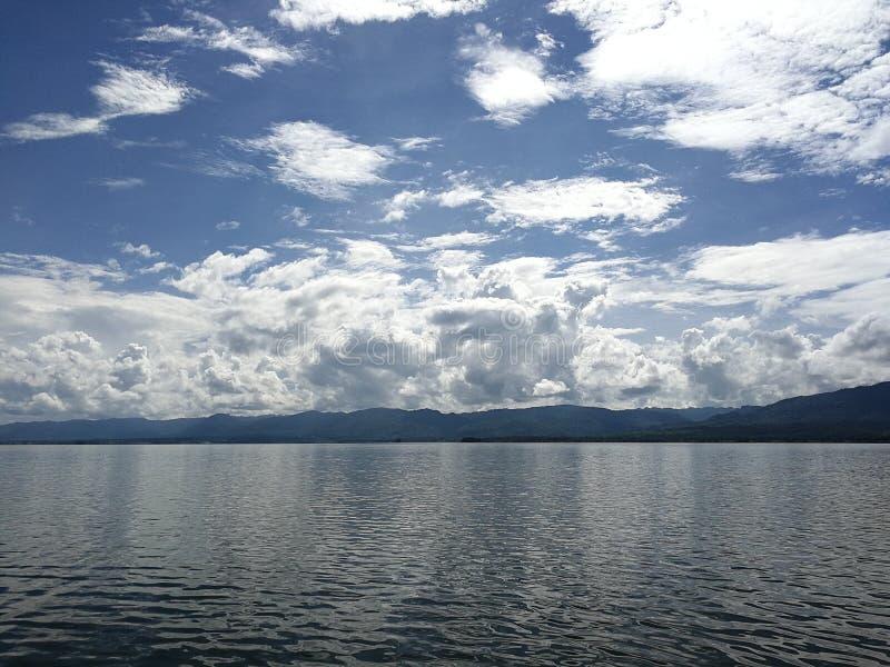 Lago azul foto de archivo