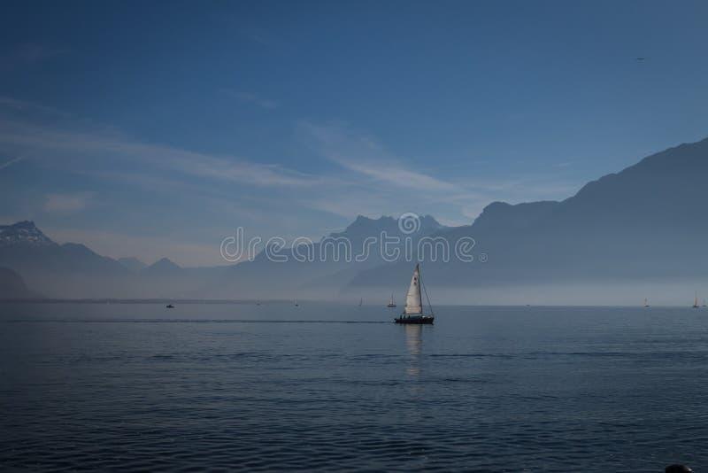 Lago azul foto de archivo libre de regalías