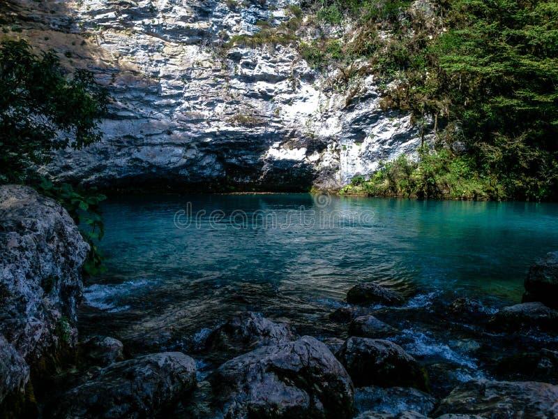 Lago azul asombroso en Abjasia fotos de archivo