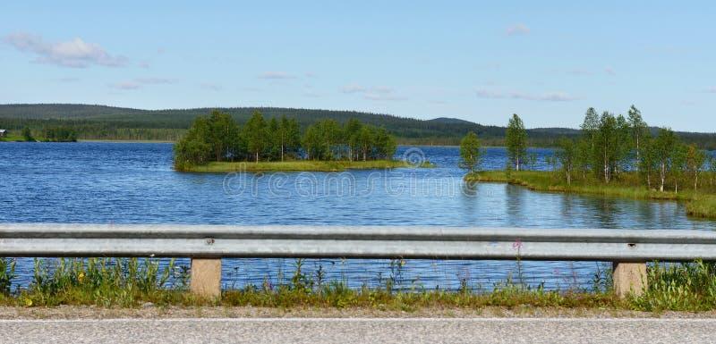 Lago azul cerca del camino fotos de archivo
