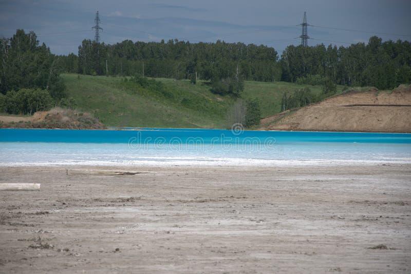 Lago azul cercado pela floresta conífera paisagem de Sibéria, Rússia foto de stock royalty free