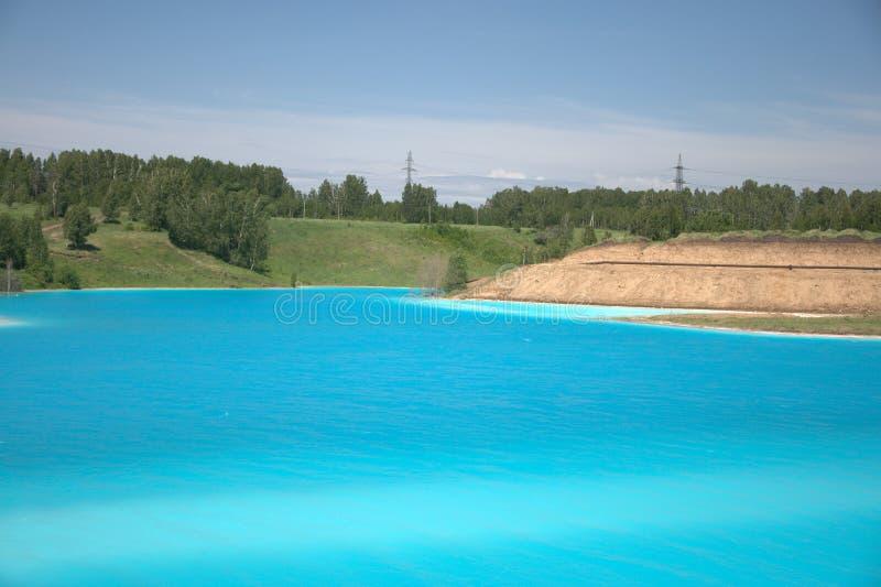 Lago azul cercado pela floresta conífera paisagem de Sibéria, Rússia imagens de stock royalty free