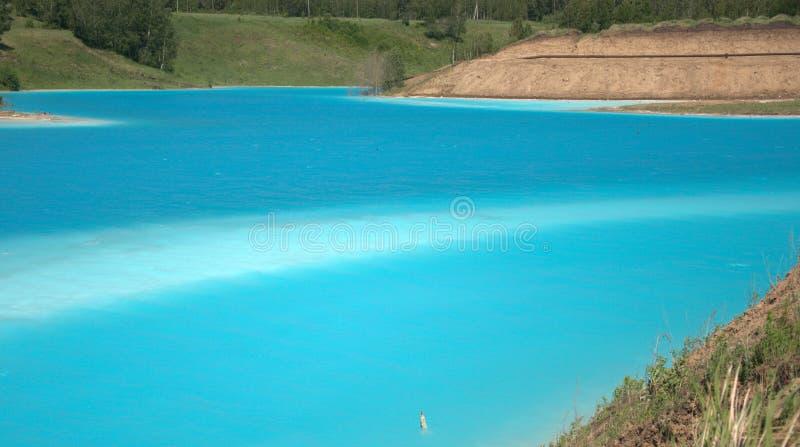 Lago azul cercado pela floresta conífera paisagem de Sibéria, Rússia imagem de stock royalty free