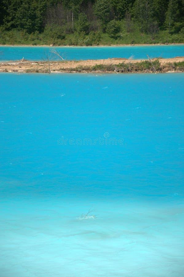 Lago azul cercado pela floresta conífera Sibéria, Rússia Paisagem imagens de stock royalty free