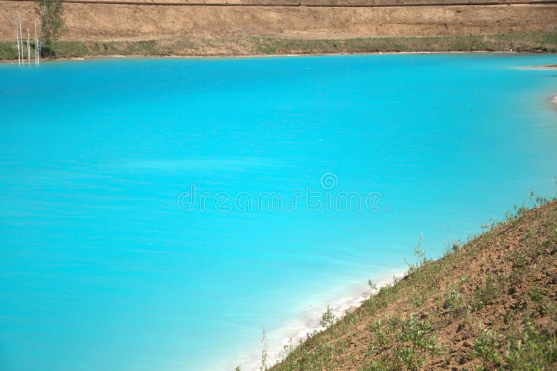 Lago azul cercado pela floresta conífera Sibéria, Rússia Paisagem foto de stock